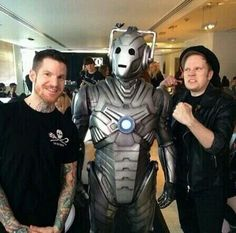 Two members of FALL OUT BOY WITH A CYBERMAN! Can life get any better? I mean seriously fall out boy and doctor who!!!