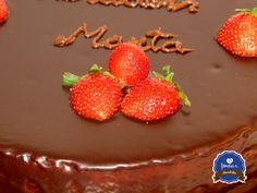 Bolo de Chocolate com cobertura de Ganache de Chocolate e Morangos by fôrma C #chocolate #bolo #aniversário #fôrmac