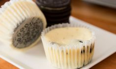 These mini Oreo Cheesecake Cupcakes are a creamy and delicious treat that melts in your mouth. See how to make them with just 6 ingredients!