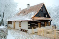 Starou chalupu zachránila rekonstrukce. Teď je nádherná! - Proženy Wood House Design, Wooden Cottage, Weekend House, Luxury House Plans, Street House, Natural Building, European House, House In The Woods, Log Homes