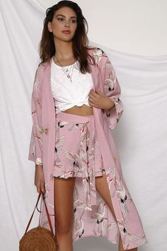 Raw Crystal Jewelry, Get The Look, Flare Jeans, Chic Outfits, Boho Chic, Kimono Top, Bell Sleeve Top, Crop Tops, Model