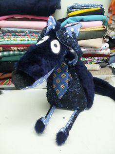 Loup tiré du patron de Laetibricole... ajout d'une cravate pour le rendre... distingué ! Créations Renée B. sur Facebook