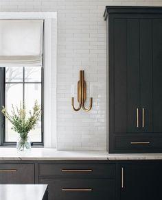 "Vivir Design on Instagram: ""Clean and detailed. Such a beautiful kitchen moment by @katemarkerinteriors. [Photo: @stofferphotographyinteriors] [Build: @tartanbuilders]…"""