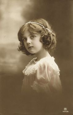 Today I'm offering these 17 Vintage Photography Children Images! These are all beautiful Vintage black and white and sepia tone photos of sweet Girls. Vintage Children Photos, Vintage Girls, Vintage Pictures, Vintage Images, Vintage Art, Old Photos, Old Pictures, Post Mortem, Foto Transfer