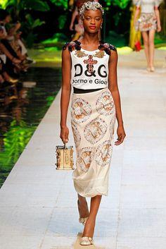 Dolce Gabbana MILAO - Verao 2017 Setembro 2016 foto: FOTOSITE olha o detalhe da blusa