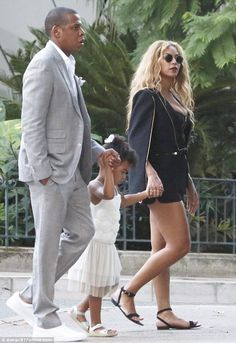 Get the Look: Beyonce's Monaco BCBG Max Azria Black Upas Cape and Herve Leger Irya Zipper-Detailed Top Beyonce Family, Beyonce Fans, Beyonce Style, Beyonce And Jay Z, Divas, Jay Z Blue, Carter Family, Pretty Hurts, Beyonce Knowles Carter