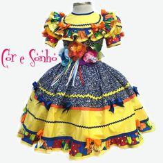 PEÇA UNICA 4 ANOS. Vestido exclusivo para a festa Junina de meninas. Todo confeccionado em material 100% algodão de ótima qualidade e flores bordadas de tecidos variados. Excelente acabamento, Igual à foto. Contém uma saia anágua separada de filo para armar a roda do vestido. Possui bastante babado, franzido e rodado. O cinto tem ajuste de tamanho. Escolha os tamanhos: 2, 4, 6, 8 ou 10 anos. - C1A723