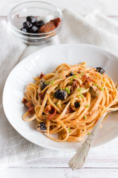 Pasta alla crema di tonno e olive; Pasta with tuna and olives cream Recipes Using Pasta, Yummy Pasta Recipes, Veggie Recipes, Healthy Recipes, Italian Pasta, Italian Dishes, Italian Recipes, Olives, Spaghetti