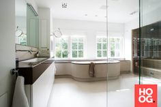 Badkamer design met luxe ligbad en prive sauna | wellness design | welness spa | HOOG.design