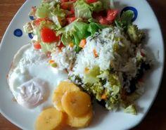 Ensalada de lechuga crespa con tomate y aguacate (avocado). Arroz con zanahoria y bróculi, plátano cocido y huevo cocido.