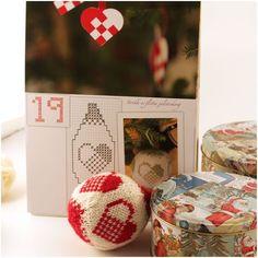 Karen Klarbæks Verden: Dalegarns adventskalender med skønne strikkede Arne og Carlos julekugler