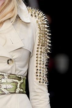 TACHUELAS!!! Punk Fashion, Fashion Week, Couture Fashion, Womens Fashion, Street Fashion, Couture Details, Fashion Details, Fashion Design, Fashion Styles