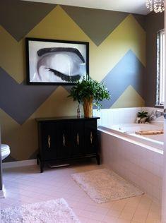 Шеврон на стене в ванной комнате полностью преображает собой пространство