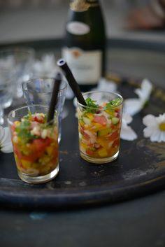 räkceviche 4 port, 2dl räkor, 1 tärnad mango, 2 salladslökar, 1/2 tärnad gurka, 2dl vattenmelon. marinad, saft av en lime, 1 röd chili, 2-3 msk rapsolja, salt & peppar, toppa med koriander. förbered redan på morgonen och låt stå i kylen fram till servering. servera i fina glas.