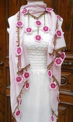 Yeni Tığ Oyalı Fular Modelleri Indian Designer Outfits, Designer Dresses, Stylish Dresses, Fashion Dresses, Scarf Knots, Fancy Dress Design, Diy Clothes, Clothes For Women, Lace Scarf