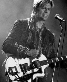 David Bowie nie żyje. Zmarł w wieku 69 lat. http://www.tvn24.pl/david-bowie-zmarl-w-wieku-69-lat,609655,s.html