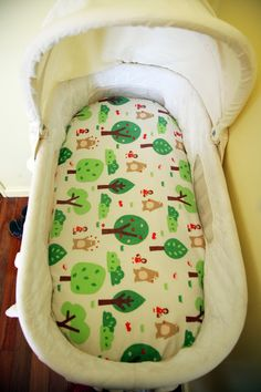 Sewing Projects For Baby Our Big Mad Adventure. Make your own bassinet sheet DIY Sewing baby newborn easy craft projects Bassinet Cover, Baby Bassinet, Bassinet Ideas, Sewing Projects For Kids, Sewing For Kids, Craft Projects, Easy Baby Blanket, Baby Blankets, Baby Crafts