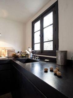 Idee: raamkozijn aan keukenzijde in passende kleur bij de wall to wall keukenkast