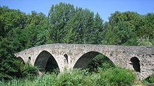 Puente de la Magdalena, románico (siglo XII), por él pasan los peregrinos por el Camino de Santiago