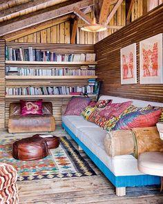 murs en bois, salon avec murs en bois, chalet en bois habitable, etagere murale en bois