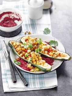 Gefüllte Zucchini mit Kartoffel-Kichererbsen-Füllung auf Rote-Beete-Apfel-Creme…