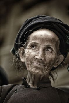 Beautiful World Beautiful People - Seniors. Posted by Sifu Derek Frearson Old Faces, Many Faces, China People, Foto Portrait, Interesting Faces, People Around The World, Black And White Photography, Beautiful People, Facial