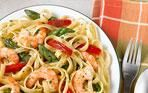 INGREDIENTES:    •1 taza Pasta integral cocinada • 3 oz Langostinos limpios •1 cda Aceite de oliva o spray de cocinar •1 cda Ajo picado •1/2 cda Cáscara de limón rayada (opcional) •¼ taza Pimiento rojo en julianas delgadas •2 cda Jugo de limón •2 cba Albahaca fresca •1 zanahoria, partida en julianas de 2 pulgadas •1 zucchini, partido en julianas de 2 pulgadas •Sal y pimienta al gusto        Comparte          PREPARACIÓN:    Calienta el aceite o el spray de cocinar en un sartén…