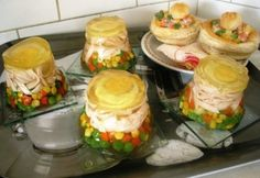 Aszpikos tojásos sonkás zöldség Finger Foods, Tapas, Sushi, Appetizers, Food And Drink, Cheese, Ethnic Recipes, Cook Books, Drinks