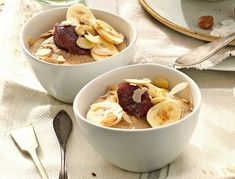 Przepis na owsiankę z bananami i płatkami migdałowymi. Cereal, Oatmeal, Breakfast, Food, The Oatmeal, Morning Coffee, Meal, Essen, Hoods