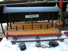 Ich biete an Sammler und Bastler einige Bing  Eisenbahn Zubehör Blech um 1920 Teile.Bahnsteig, Signal, Schienen und anderes aus einer Haushaltsauflösung.Keine neu Ware alles gebraucht und Restaurierung's bedürftig.an Selbstabholer zu verkaufen. verkauft!