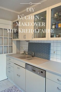 Deine Küche ist in die Jahre gekommen? Streichen statt neu kaufen! Mit Kreidefarbe werden alte Schränke und sogar die Arbeitsplatte wieder top modern! DIY, Anleitung