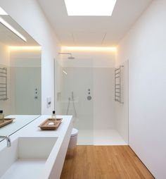 Badezimmer White, supple shower / lighting Mirrors and tiles should go all the way to the ceiling . Bathroom Toilets, Wood Bathroom, White Bathroom, Bathroom Flooring, Bathroom Interior, Modern Bathroom, Small Bathroom, Bathroom Ideas, Bathroom Storage