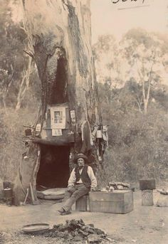 "hoardroom: "" historicaltimes: "" An Australian Swagman using a hollow gum tree as a campsite "" - Civilization in the bush - John Duncan State Library of Victoria "" Old Pictures, Old Photos, Old Photographs, Australian Bush, Australian Icons, Australian People, Australian Animals, Australian Homes, Le Far West"
