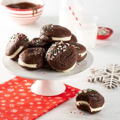 Whoopie pies aux trois chocolats - 5 ingredients 15 minutes Biscuits Brownies, Cookies Et Biscuits, Whoopie Pies, Muffin, Discovery, Breakfast, Apps, Food, Christmas Recipes