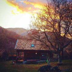 Top 10 locuri din România, incredibil de frumoase, pentru o vacanță de poveste cu cortul Hostel, Camping, House Styles, Home Decor, Campsite, Decoration Home, Room Decor, Home Interior Design, Campers