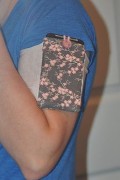 Handmade running armband... I DON'T KNOW WHY I DIDNT THINK OF THIS