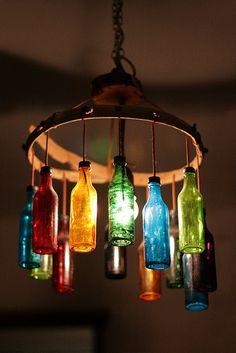 Lámpara con botellas de colores