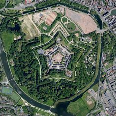 In het westen van de stad bevindt zich de indrukwekkende #Citadel. Zonnekoning Lodewijk XIV gaf na de verovering van #Lille in 1667 de opdracht om dit stervormige fort te bouwen. De citadel is nog steeds militair terrein en is zeker een bezoek waard. #Frankrijk