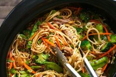 Slow Cooker Lo Mein - Healthy Food Delivery - Ideas of Healthy Food Delivery - Slow Cooker Lo Mein Skip delivery and try this veggie-packed takeout favorite for a healthy dinnertime meal that is easy to make right in your crockpot! Crockpot Dishes, Crock Pot Slow Cooker, Crock Pot Cooking, Slow Cooker Recipes, Cooking Recipes, Healthy Recipes, Damn Delicious Recipes, Vegetarian Crockpot Recipes, Easy Recipes