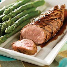 Au rayon des viandes, le filet de porc est une pièce de choix. Non seulement il contient du fer et des protéines, mais il est aussi trois fois moins gras que le filet mignon de bœuf. En plus, il est si tendre simplement mariné, comme dans cette recette! Servir avec un duo d'asperges et de haricots. Filet Recipes, Pork Roast Recipes, Pork Loin Filet Recipe, No Salt Recipes, Cooking Recipes, Vegan Junk Food, Vegan Sushi, Bbq Pork, Barbecue