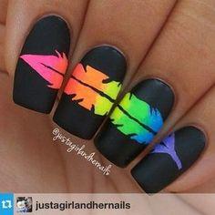 Uñas largas en color negro decoradas con una pluma de colores fluor - Uñas Pasión