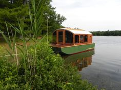 This little beautiful boat house is a wonderful representation of small footprint, big life living! Tiny House Cabin, Tiny House Living, Cozy House, Small Houseboats, Duck Blind Plans, Seattle, Shanty Boat, Remote Control Boat, Tiny Apartments
