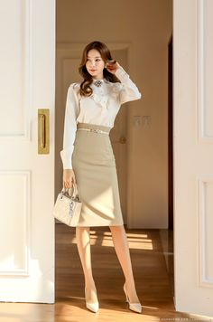Essential work wardrobe pieces every woman should have in her closet Korean Fashion Minimal, Korean Fashion Teen, Asian Fashion, Office Outfits Women, Stylish Work Outfits, Office Fashion, Work Fashion, Fashion Outfits, Secretary Outfits