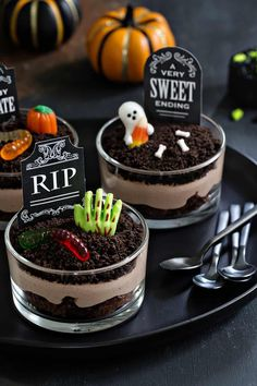 Hallowen Party Brownie Dirt Pudding cups are a delicious Halloween dessert! Simple to make and . , Brownie Dirt Pudding cups are a delicious Halloween dessert! Simple to make and . Brownie Dirt Pudding cups are a delicious Halloween dessert! Comida De Halloween Ideas, Bolo Halloween, Recetas Halloween, Dessert Halloween, Halloween Party Snacks, Halloween Chocolate, Fete Halloween, Halloween Cupcakes, Halloween Dinner