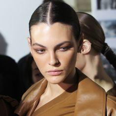 La top model Vittoria Ceretti nel backstage della sfilata Max Mara PE 2019. Make  up 02b42c9b4c6