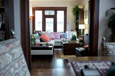 The pops of color, provided by pillows and other keepsakes, makes Lisa Elin and Erik Craighead's living room feel cozy and welcoming. Adoring the eclectic decor, too. {via @hilaryrwalker} /ES