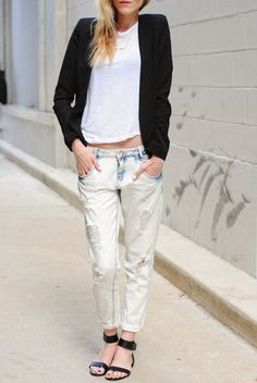 White T-shirt paired with blazer, boyfriend jeans and simplistic, flat shoes. LOVE