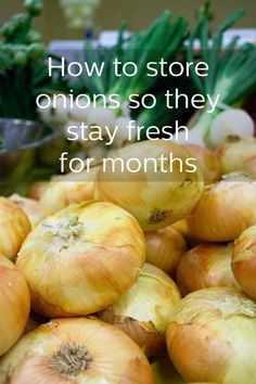 Tips for storing onions so they stay fresh for monthsYou can find Onions and more on our website.Tips for storing onions so they stay fresh for months Storing Onions And Potatoes, How To Store Potatoes, Fruit And Vegetable Storage, Vegetable Recipes, Vegetable Garden, Food Storage, Onion Storage, Potato Storage, Fresco