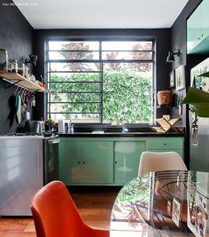 cozinha pequena que ganhou luminosidade após uma reforma. as paredes pretas e o armário verde menta trazem cor e deixam a decoração mais bacana