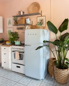 Decorando com a Si : Cozinhas gostosas Bright Apartment, Dream Apartment, Apartment Kitchen, Beach Apartment Decor, Rental Kitchen, Apartment Makeover, Palm Beach, Green Beach, Sweet Home